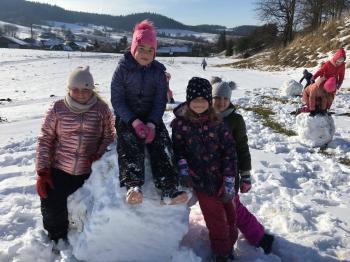 Zimowe zabawy na śniegu (1)