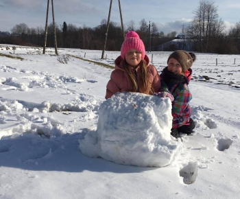 Zimowe zabawy na śniegu (5)