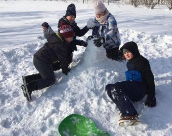Zimowe zabawy na śniegu (25)