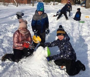 Zimowe zabawy na śniegu (26)