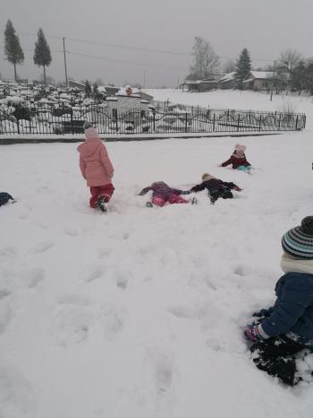 Zimowe zabawy na śniegu (34)