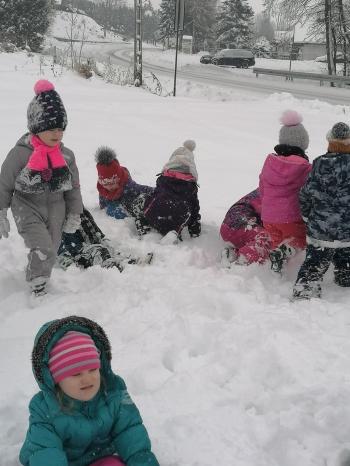 Zimowe zabawy na śniegu (35)