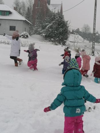 Zimowe zabawy na śniegu (36)