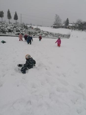 Zimowe zabawy na śniegu (40)