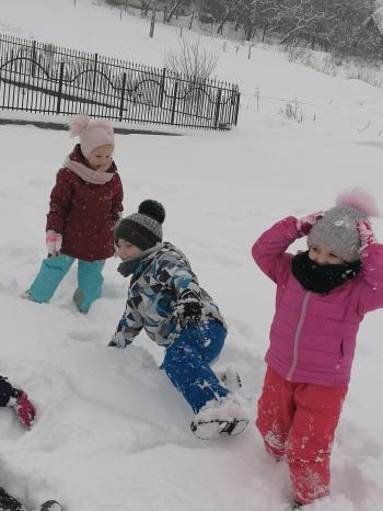 Zimowe zabawy na śniegu (45)
